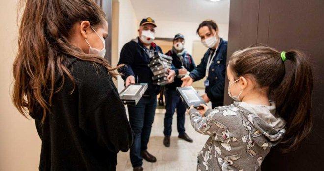 Depremzede çocuklara Ankara'dan tablet desteği
