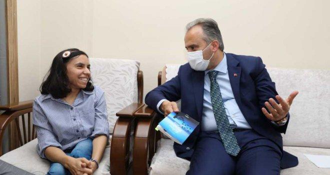 Başkan Aktaş'tan engelli yazar Zehra'ya tebrik